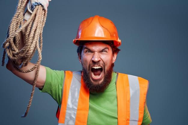 Casque orange homme sur la tête fond isolé de l'industrie