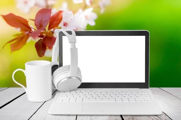 Casque avec ordinateur portable sur la table