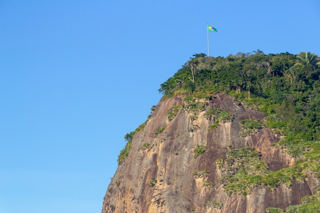 Casque en pierre avec le drapeau du brésil sur le dessus, vu de la plage de barre à rio de janeiro