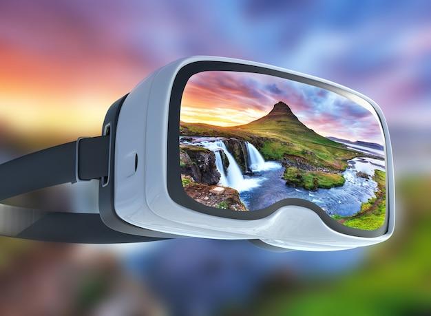 Casque de réalité virtuelle, double exposition, le coucher de soleil pittoresque sur les paysages et les cascades. montagne kirkjufell