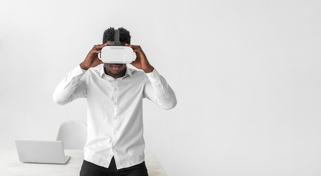 Casque de réalité virtuelle utilisé par un homme d'affaires