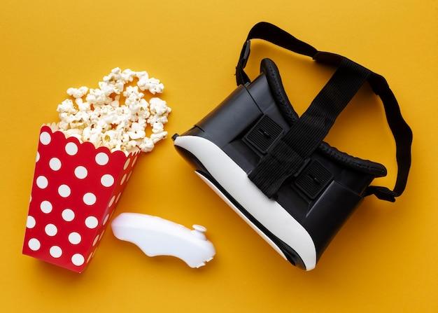 Casque de réalité virtuelle vue de dessus et pop-corn