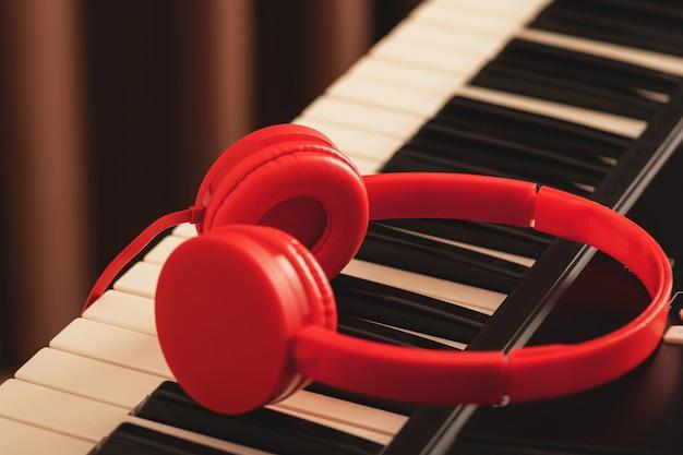 Casque rouge sur clavier synthétiseur