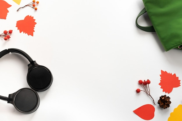 Casque sans fil sac à dos noir et vert branches branches feuilles rouges baies