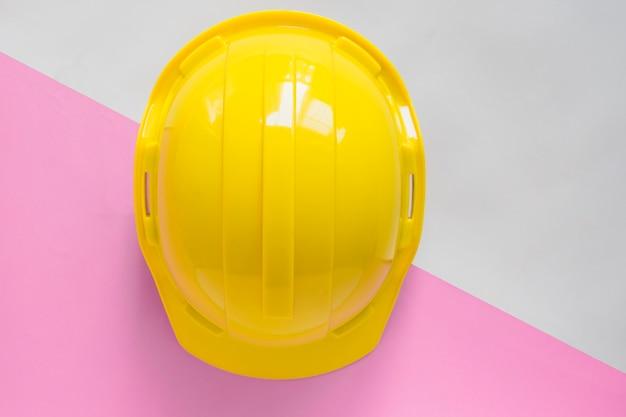 Casque de sécurité jaune sur la table