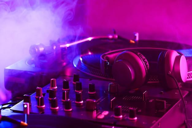 Casque sur table de mixage dj moderne, gros plan