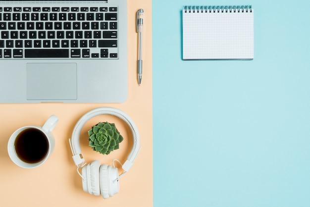 Casque et thé près d'un ordinateur portable et d'un ordinateur portable