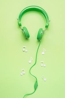 Casque vert avec des notes de musique blanches