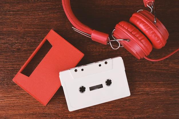 Casque vintage et cassette audio