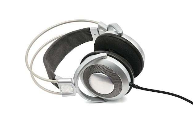 Casque vintage pour écouter du son et de la musique sur un blanc isolé