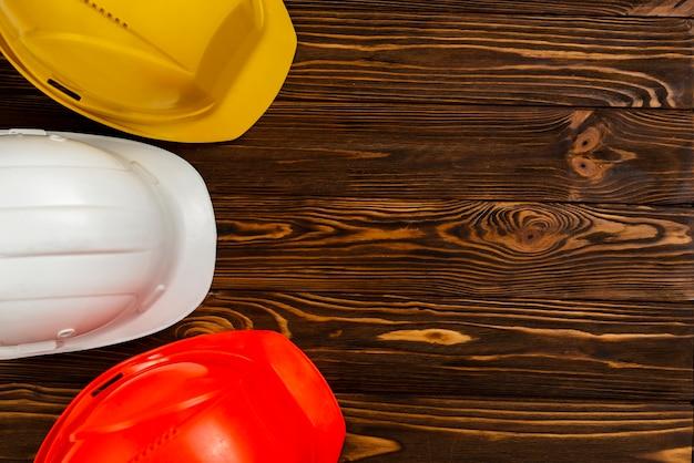 Casques de construction plats avec fond