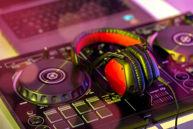 Casques placés sur dj mixer dans la discothèque.