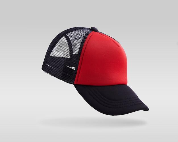 Casquette de baseball rouge et noire isolée sur fond blanc.