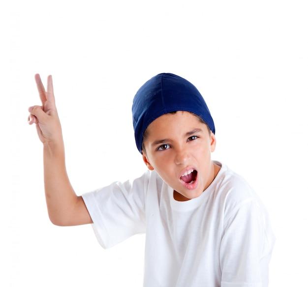 Casquette bleue enfant garçon avec portrait de geste de la main victoire