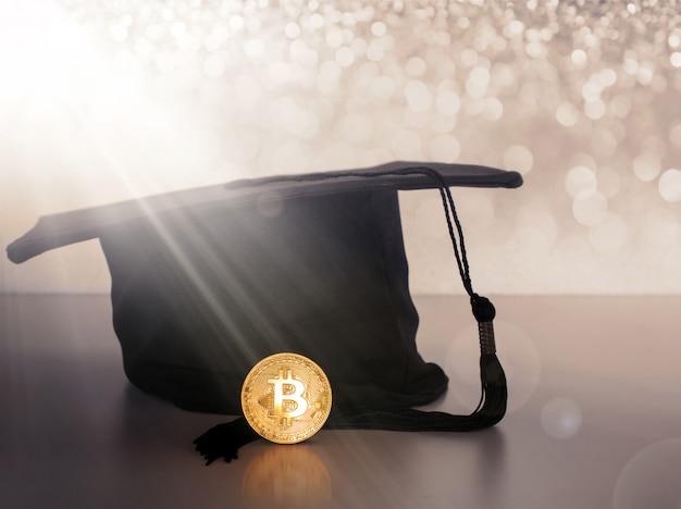 Casquette de graduation, chapeau avec pièce d'or bitcoin.