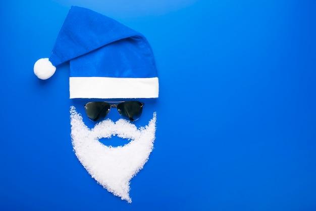 Casquette, père noël avec des lunettes noires et une barbe de neige
