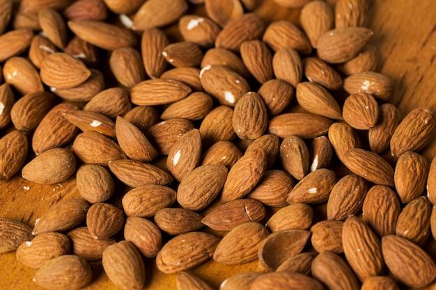 Casse-croûte. tas de noix sur la table