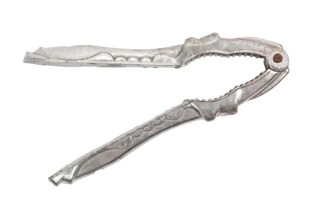 Casse-noisette en acier ancien isolé sur fond blanc avec un tracé de détourage