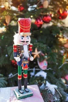 Casse-noisette au marché de noël en hiver moscou, russie. décoration de l'avent et sapin avec des cadeaux d'artisanat sur le bazar. vacances de noël de rue en europa. décoration de noël sur la rue de la ville
