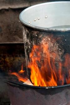 Casserole en aluminium en feu, colonia landivar, guatemala city, guatemala