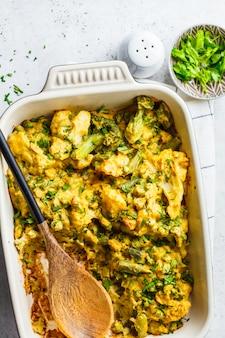 Casserole de brocoli, de pois verts et de chou-fleur dans le plat allant au four, vue de dessus.