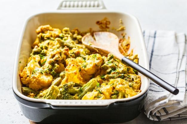 Casserole de brocoli, de pois verts et de chou-fleur dans le plat à four.