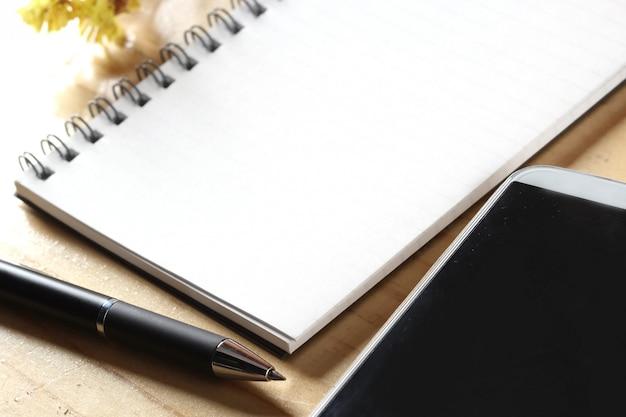Casserole et cahier sur table en bois