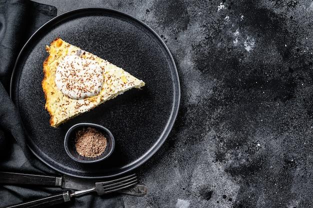 Casserole de caillé à base de fromage cottage biologique. fond noir. vue de dessus. copiez l'espace.