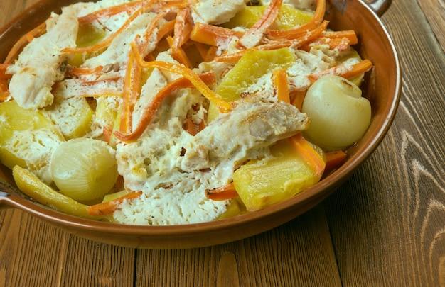 Casserole chargée de pommes de terre au four et de poulet ranch