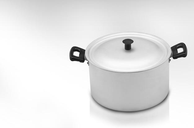 Une casserole de cuisine sur fond clair, une