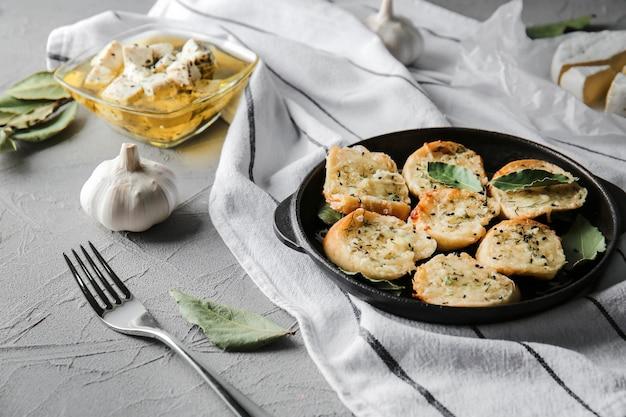 Casserole avec du pain à l'ail savoureux sur la table
