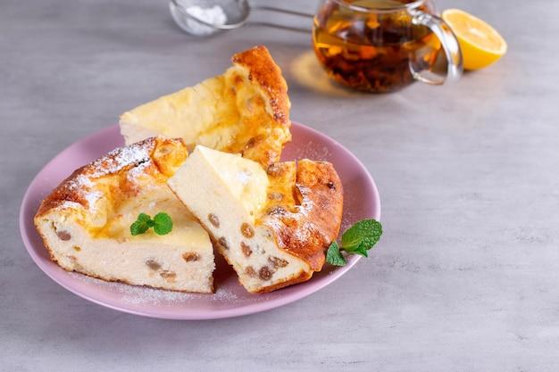 Casserole de fromage cottage aux raisins secs. mise au point sélective, espace pour le texte.