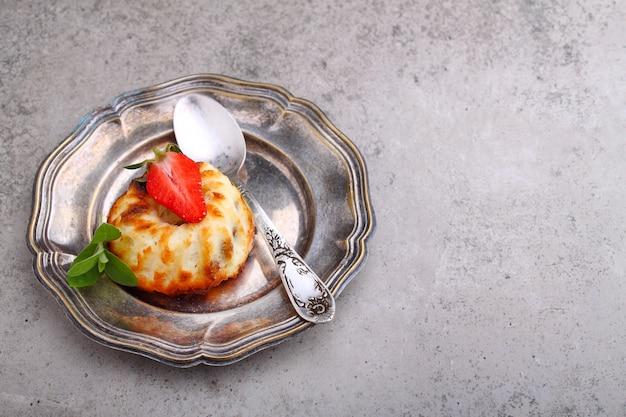Casserole de fromage cottage décoré de menthe et de fraise, copie espace.