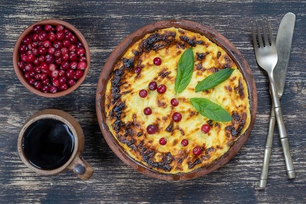 Casserole de fromage cottage sucré avec raisins secs et semoule sur table en bois