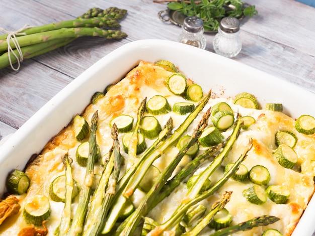 Casserole de lasagne aux asperges avec courgettes et ricotta