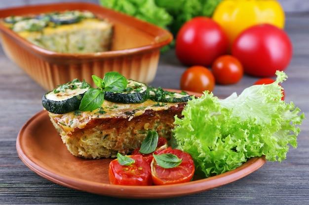 Casserole avec mauve végétale sur table en bois, gros plan