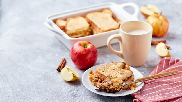 Casserole de petit-déjeuner au pouding au pain à base de pain de blé, d'œufs de lait et de pommes râpées