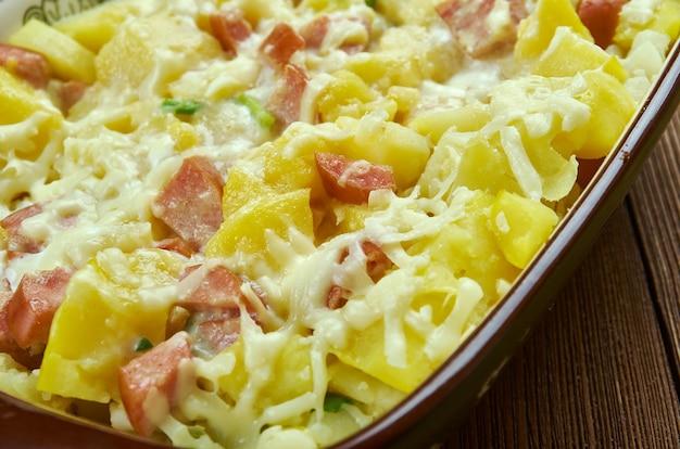 Casserole de petit-déjeuner de pommes de terre au fromage, saucisse italienne douce, gros plan