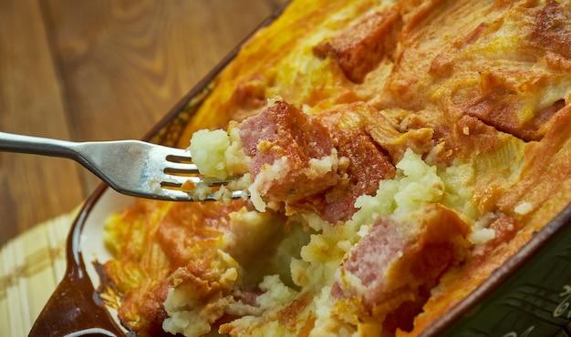Casserole de pommes de terre saucisse fumée au fromage, gros plan