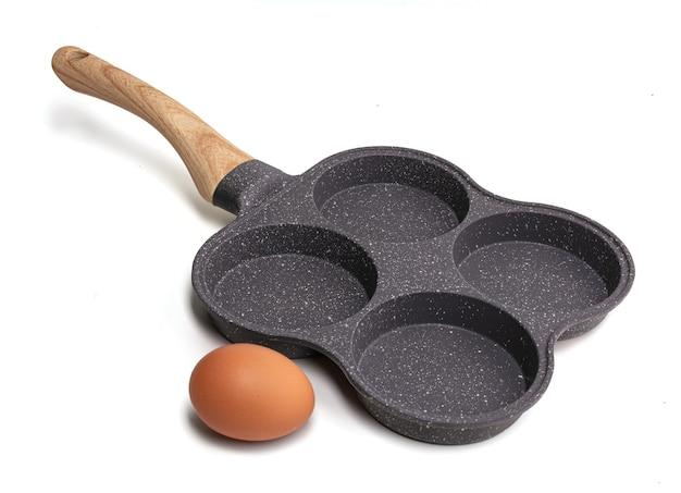 Casserole pour quatre œufs au plat ou crêpes isolés sur blanc