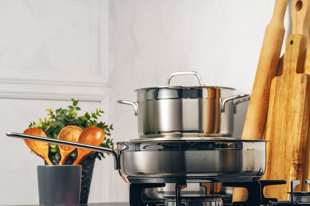 Casserole propre sur une cuisinière à gaz dans la cuisine