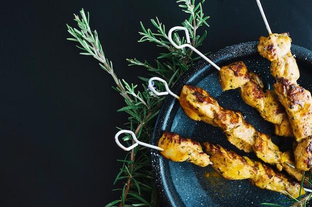 Casserole avec shish kebab près de romarin