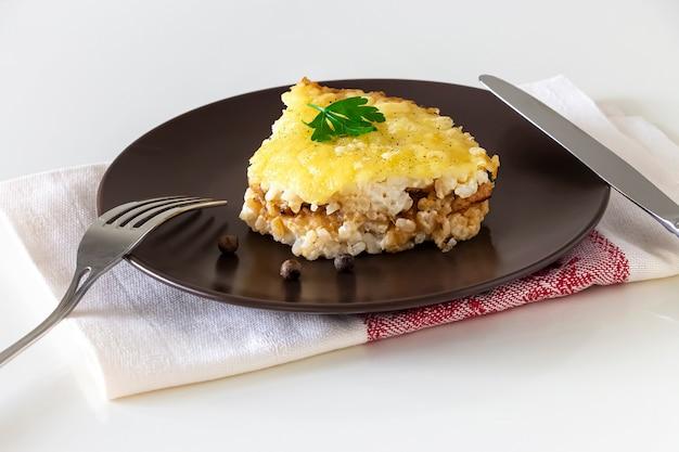 Casserole ou tarte au riz et fromage avec de la viande hachée. déjeuner ou dîner diététique sain. fond blanc. copiez l'espace.