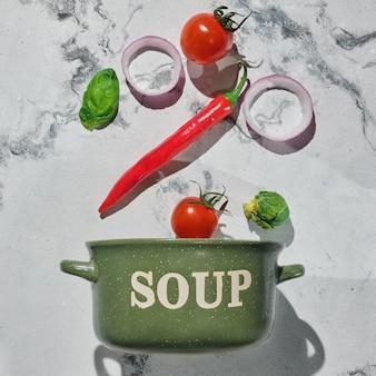 Casserole verte et légumes pour soupe - pose à plat