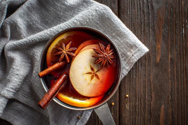 Casserole avec vin chaud et condiments