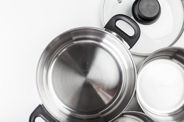 Casseroles et poêles en acier inoxydable isolés sur blanc