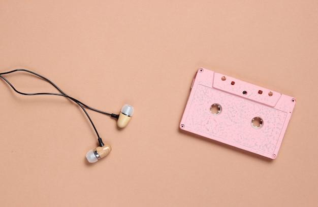 Cassette audio, casque sur brown, mélomane, vue de dessus