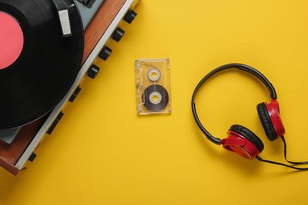 Cassette audio casque lecteur vinyle à l'ancienne sur fond jaune