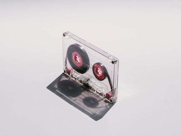 Cassette audio claire en gros plan en diagonale