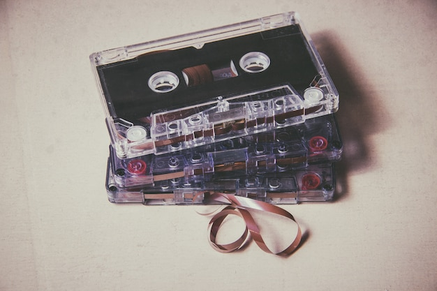 Cassette audio magnétique vintage sur le plancher en bois
